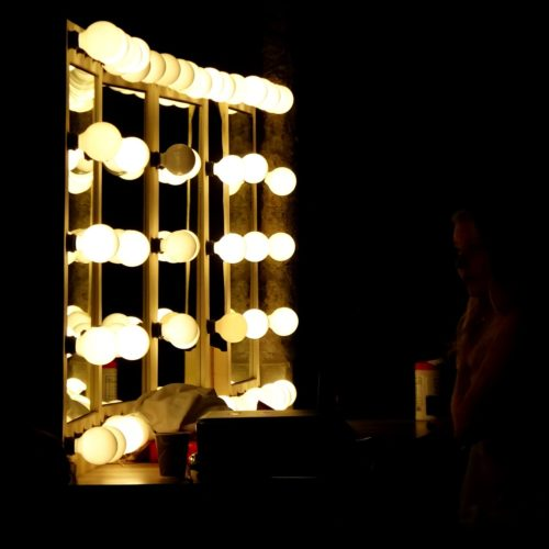 How To Choose A Lighted Makeup Mirror That Best Reflects You